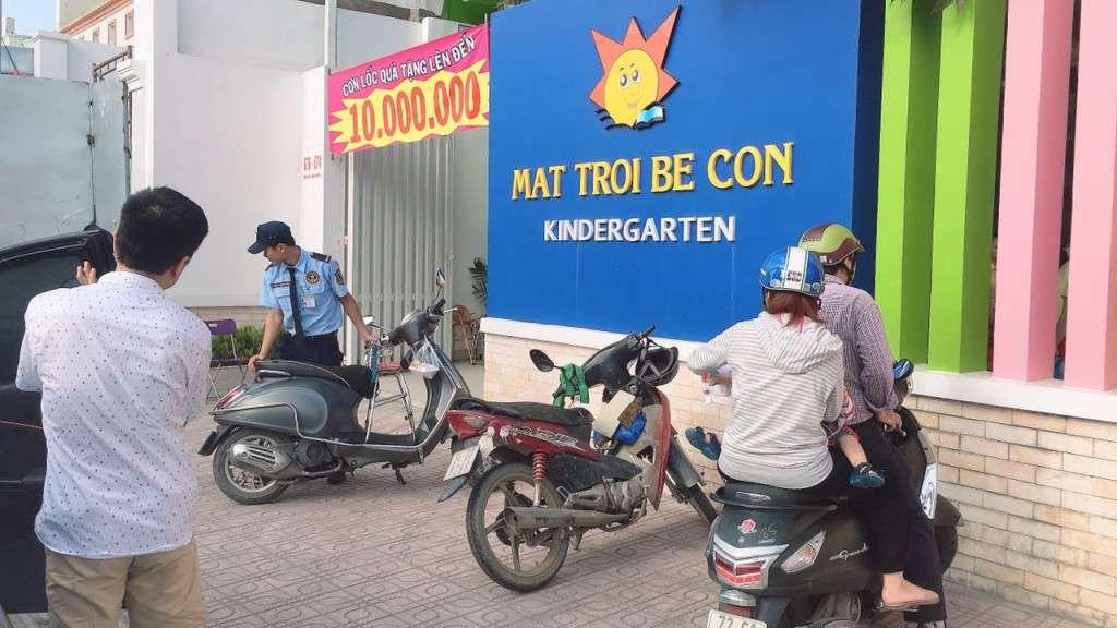 Nhân Viên Bảo Vệ Thanh Niên đang dắt xe cho phụ huynh