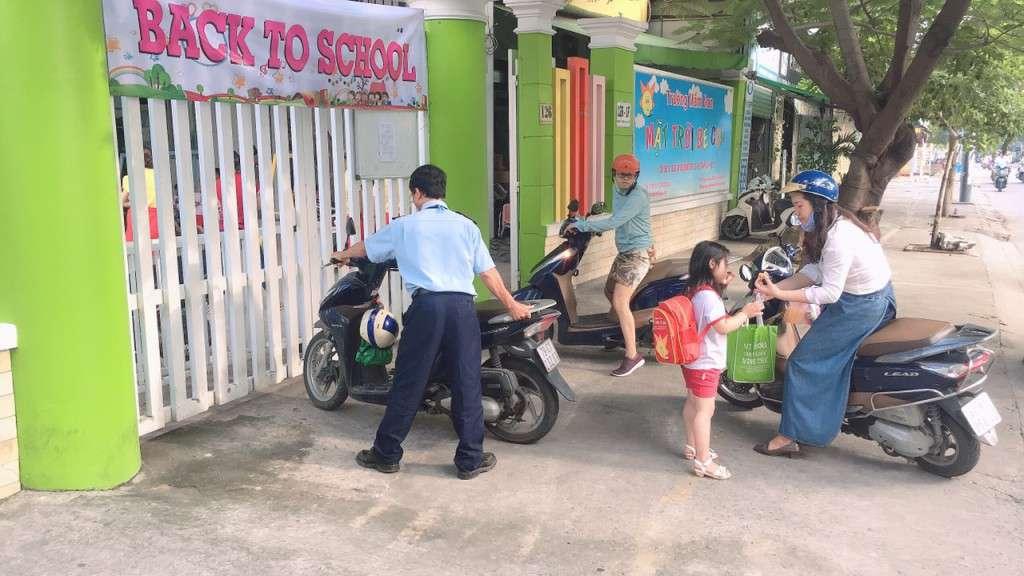 Nhân Viên Bảo Vệ Thanh Niên đang sắp xếp xe máy gọn gàng